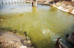 Разрядка грязной промышленной отработанной воды в море Отравление рекреационной зоны распространением заболевания, разрушения фло стоковая фотография rf