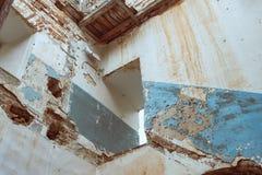 Разрушенное место где была лестница в церков, стены старо в известке России стоковое фото