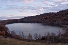 Район Krugloe Шарыпово озера осен, область Krasnoyarsk, Россия стоковые изображения