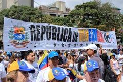 Ралли против диктаторского режима Maduro в Каракасе Венесуэле показывает сторонников Guaido вызываясь добровольцем для гуманитарн стоковое изображение rf