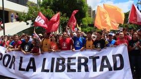 Ралли против диктаторского режима Maduro в Каракасе Венесуэле показывает сторонников Guaido вызываясь добровольцем для гуманитарн видеоматериал