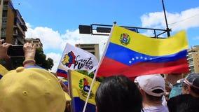 Ралли против диктаторского режима Maduro в Каракасе Венесуэле показывает сторонников Guaido вызываясь добровольцем для гуманитарн акции видеоматериалы