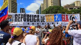 Ралли против диктаторского режима Maduro в Каракасе Венесуэле показывает сторонников Guaido вызываясь добровольцем для гуманитарн