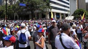 Ралли против диктаторского режима Maduro в Каракасе Венесуэле показывает сторонников Guaido вызываясь добровольцем для гуманитарн сток-видео