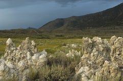 Рано утром медленно освещает вверх южную зону туфа Mono озера стоковые фотографии rf