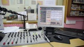 радиостанция Профессиональные многоколейные смешивая консоль, компьютер и микрофон в диспетчерском пункте Записывать и передавать акции видеоматериалы