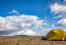 Располагаясь лагерем шатер на месте для лагеря Dreki около кальдеры Askja в гористых местностях Исландии Скандинавии стоковое изображение rf