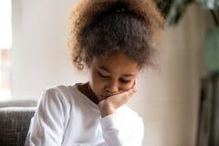 Расстроенное Афро-американское чувство девушки вниз с сидеть самостоятельно стоковые фотографии rf