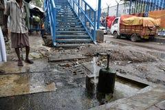 Рассыпка воды от крана в Kolkata стоковое изображение