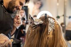 Расцветка волос на волосах летучая мышь Yan Израиль февраль 2019 салона стоковое изображение
