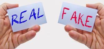 Реальный или поддельный? как понять что истинны и что ложно стоковое изображение rf
