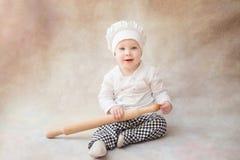 Ребенок, ребенок в поваре костюма шеф-повара крыто стоковые изображения