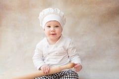 Ребенок, ребенок в поваре костюма шеф-повара крыто стоковые изображения rf