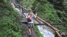 Ребенок идя в лес, природу ребенк на открытом воздухе, девушку играя в располагаясь лагерем приключении стоковые изображения rf