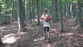 Ребенок идя в лес, природу ребенк на открытом воздухе, девушку играя в располагаясь лагерем приключении стоковая фотография rf