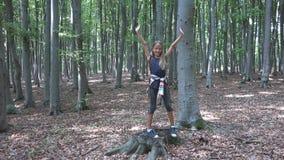Ребенок идя в лес, природу ребенк на открытом воздухе, девушку играя в располагаясь лагерем приключении стоковое фото rf
