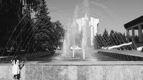 Ребенок перед фонтанами Кишиневом Молдавией сток-видео