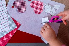 Ребенок делая поздравительную открытку на день матерей стоковая фотография
