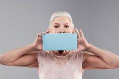 Резолютивная коротк-с волосами старшая женская часть нося светлого - голубой материал стоковые изображения