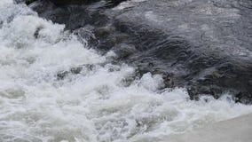 река грубое движение речных порогов быстрое воды видеоматериал