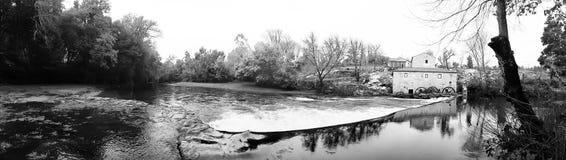 Река панорамного вида черно-белое стоковое изображение
