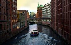Река, шлюпка и современное здание с рекой Современная Венеция Каналы Гамбурга на Эльбе красивейшее река стоковое изображение