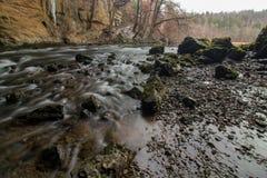 Река Rak пропуская над камнями в Rakov Åkocjan стоковые изображения