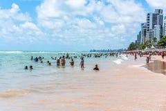 Ресифи, пляж Viagem горжетки, Pernambuco, Бразилия - январь 2019: Летнее время на пляже стоковое изображение rf