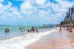 Ресифи, пляж Viagem горжетки, Pernambuco, Бразилия - январь 2019: Летнее время на пляже стоковая фотография rf