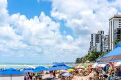 Ресифи, пляж Viagem горжетки, Pernambuco, Бразилия - январь 2019: Летнее время на пляже стоковые фото