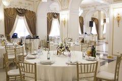 Ресторан украшен для банкета Канделябры с цветками на таблицах стоковые изображения rf