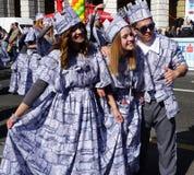 Риека, молодые люди усмехаясь и представляя в параде масленицы, одетом в интересных костюмах с кроной стоковое фото