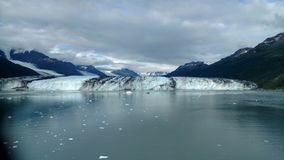 Рука Аляски Гарвард фьорда коллежа ледника Гарвард с горными пиками покрытыми снегом и спокойный Тихий океан с айсбергами от dist стоковая фотография rf