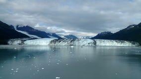 Рука Аляски Гарвард фьорда коллежа ледника Гарвард с горными пиками покрытыми снегом и спокойный Тихий океан с айсбергами от dist стоковое фото