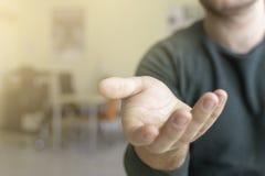 Рука бизнесмена удлиняя, выборочный фокус и малая глубина поля стоковая фотография
