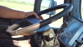 Рука водителя грузовика на штурвале по мере того как он управляет Мужская рука держа большое рулевое колесо пока тележка приводов видеоматериал