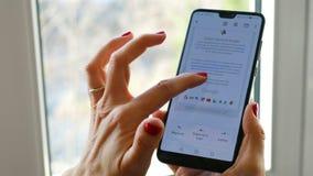 Рука прочитала приложение Gmail электронной почты перечисляя чтение сток-видео