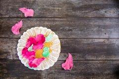 Рука покрасила пряник на деревянной предпосылке Взгляд сверху Сладкий десерт как подарок для women& x27; день s 8-ого марта стоковая фотография