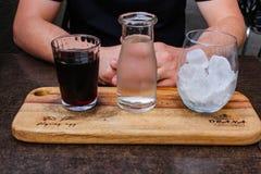 Рука с холодным brew стоковые фотографии rf