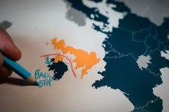 Рука рисуя красную линию между Великобританией и концепцией Северной Ирландии, Backstop и Brexit стоковая фотография