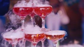 Рука официанта в белых перчатках льет испаряться шампанское на партии акции видеоматериалы