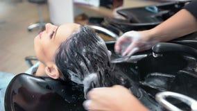 Руки высокого угла женские профессиональных волос женщины стирки парикмахера формируя мылить акции видеоматериалы