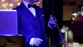 Руки художника который стоит на этапе на микрофоне, и пальцы бьют ритм музыки сток-видео