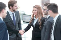 Рукопожатие 2 бизнес-леди в офисе стоковое фото rf