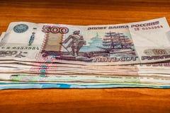 Русские банкноты штабелированные на таблице стоковое фото