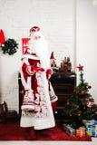 Русские характеры рождества: Ded Moroz, Санта и Snegurochka, девушка снега представляя в студии стоковое фото rf
