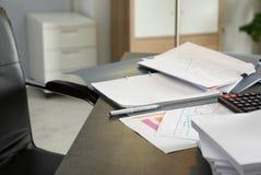 Ручка, различные документы и калькулятор стоковое изображение