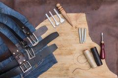 Ручной работы кожаный пояс 3 Сделай сам Кожаный пояс потока стоковые изображения