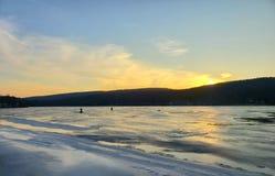 Рыбная ловля льда на заходе солнца в Новой Англии стоковые изображения rf