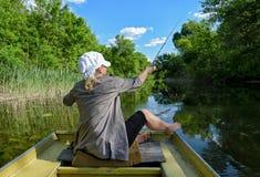 Рыбная ловля девушки в озере стоковые изображения